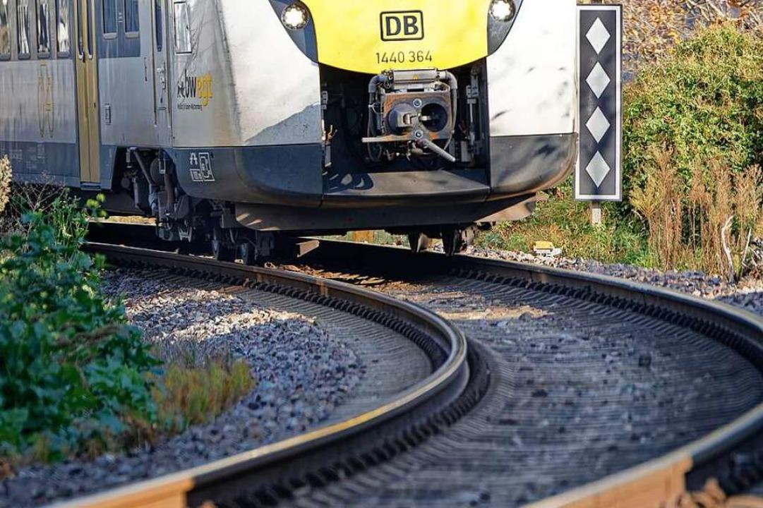 Ein Zug in der Kurve bei der Einfahrt von Riegel in Richtung Bahnhof Endingen    Foto: Martin Wendel