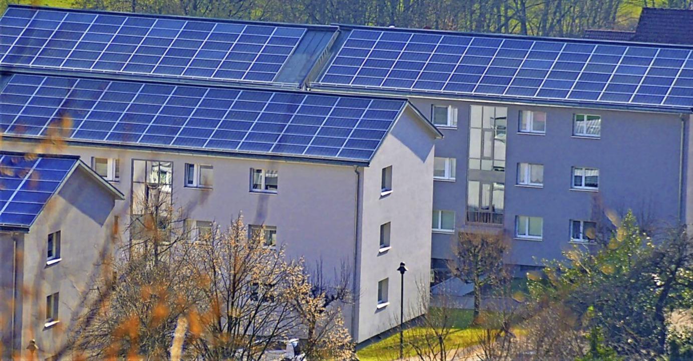 Strom für Mieter und auch andere  prod...h-Photovoltaikanlage auf den Gebäuden.  | Foto: Edgar Steinfelder