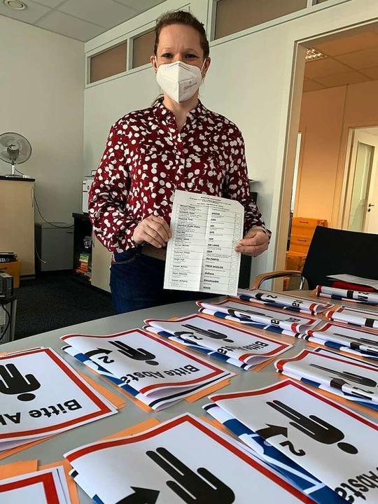 Lauréanne Hoeltzel-Waldmann,  Wahlleit...ern für die Wahllokale im Vordergrund.  | Foto: Helmut Seller