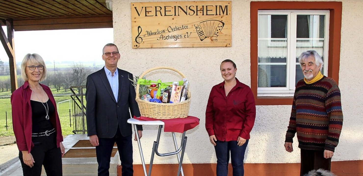 Renate Linder (von links) übergab Diet...Dieter Schächtelin einen Geschenkkorb.    Foto: Reinhard Cremer