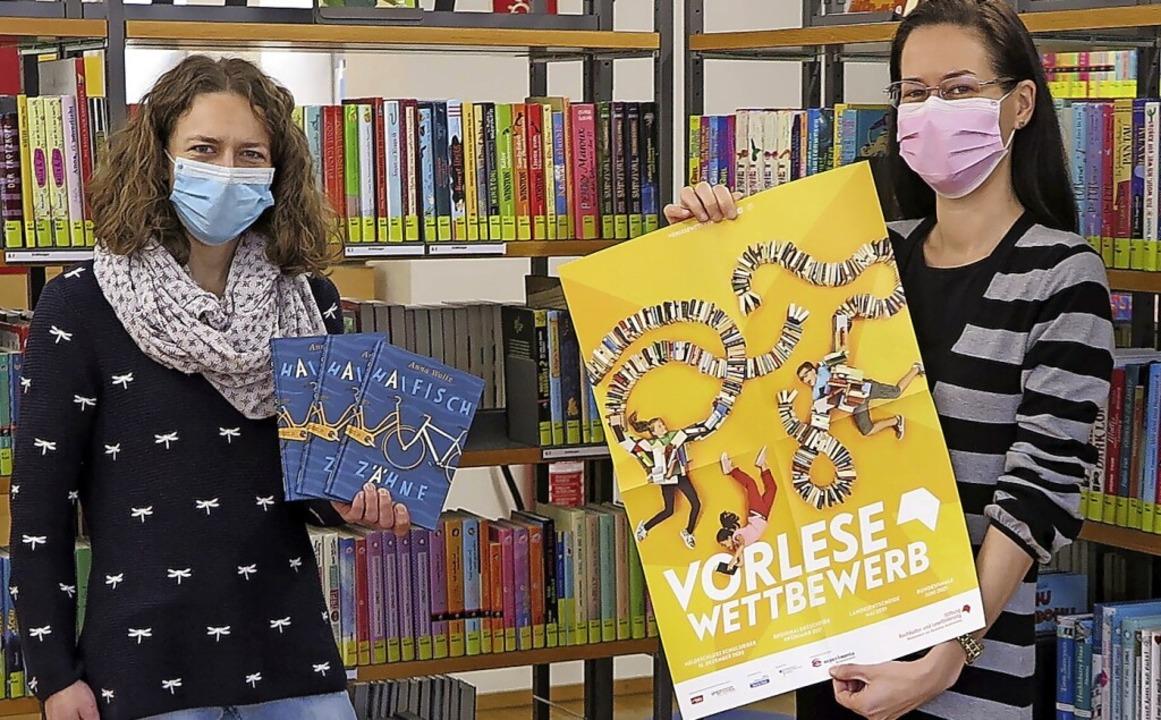 Malena Kimmig (l.) und Patricia Buhle ...n und Teilnehmer des Lesewettbewerbs.     Foto: Martina Busam/Stadtbibliothek