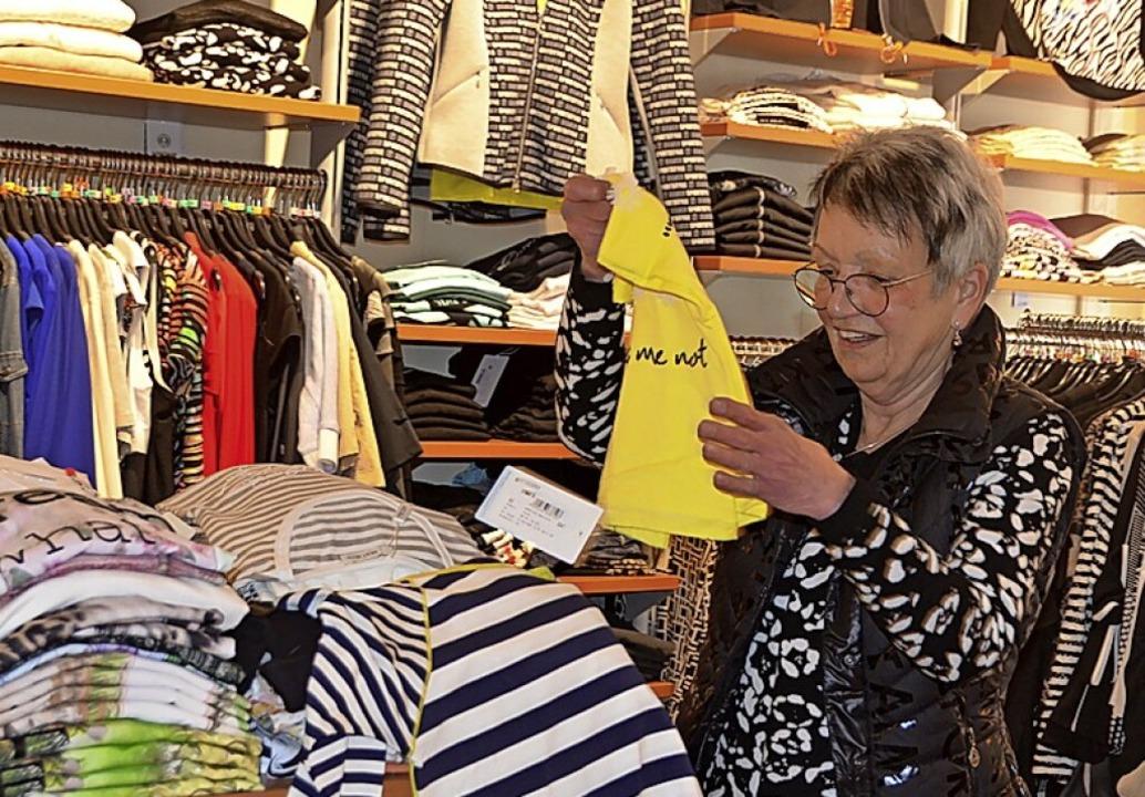 Die Ware für die Sommersaison ist eing... Baumgartner macht sich ans Einräumen.    Foto: Christiane Sahli