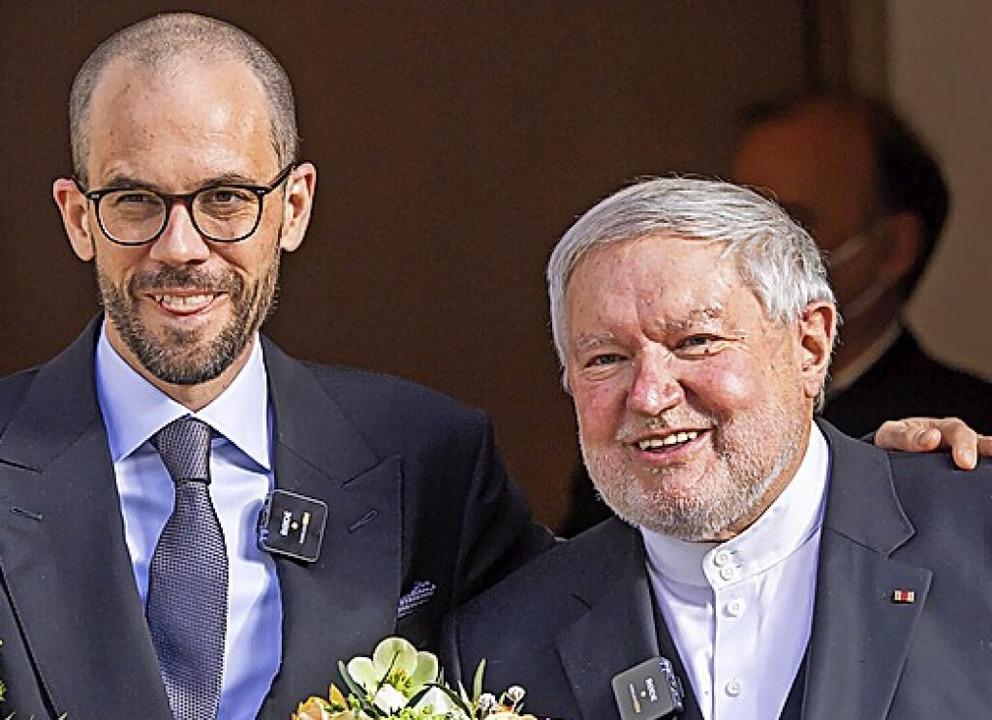 Anselm Bilgri (rechts) mit seinem Mann Markus nach der Trauung  | Foto: Peter Kneffel (dpa)