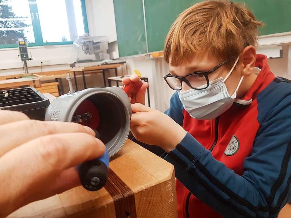 Moritz Arts, einer der beteiligten Sch...nem der Rohre für die Lüftungsanlage.   | Foto: privat