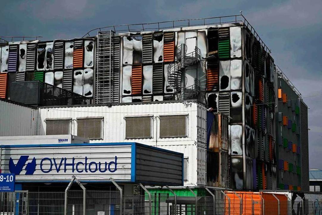 Das Gebäude eines Cloud-Rechenzentrums... ist durch ein Feuer stark beschädigt.  | Foto: Patrick Hertzog (dpa)