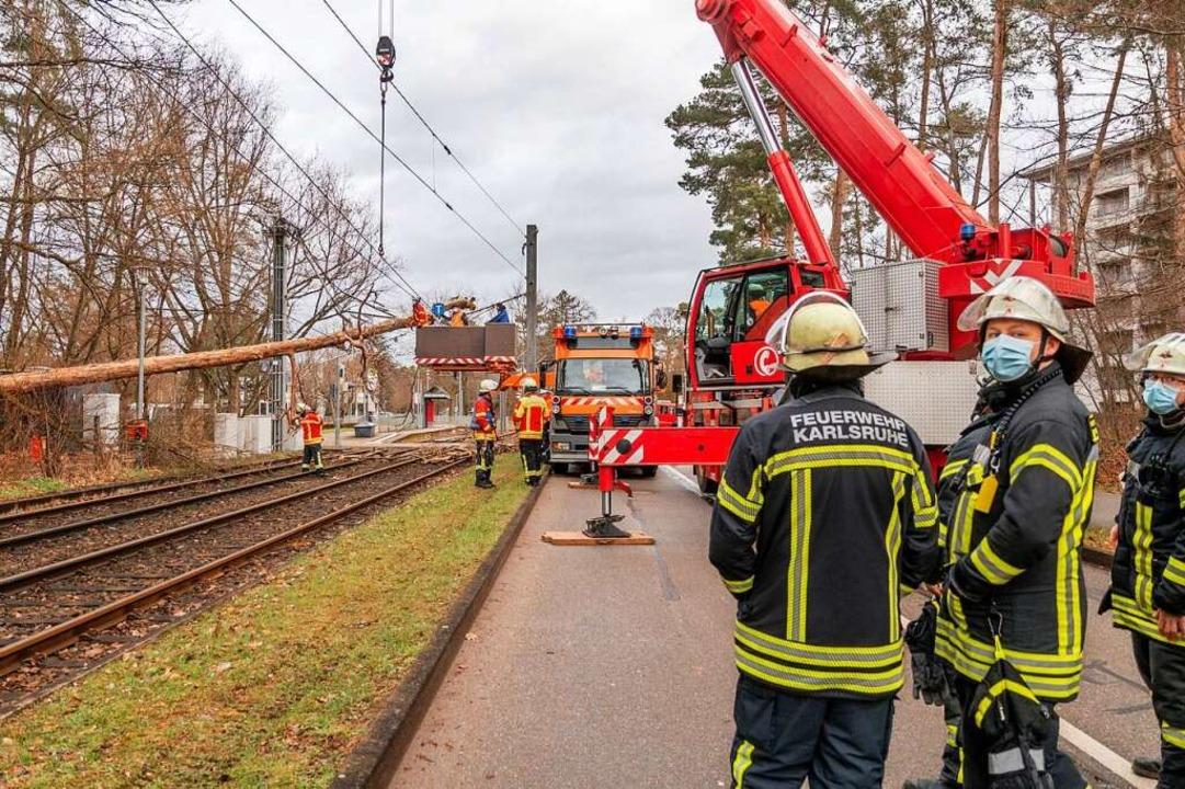 Einsatzkräfte der Feuerwehr in Karlsru...er Oberleitung einer Straßenbahnlinie.    Foto: Aaron Klewer (dpa)