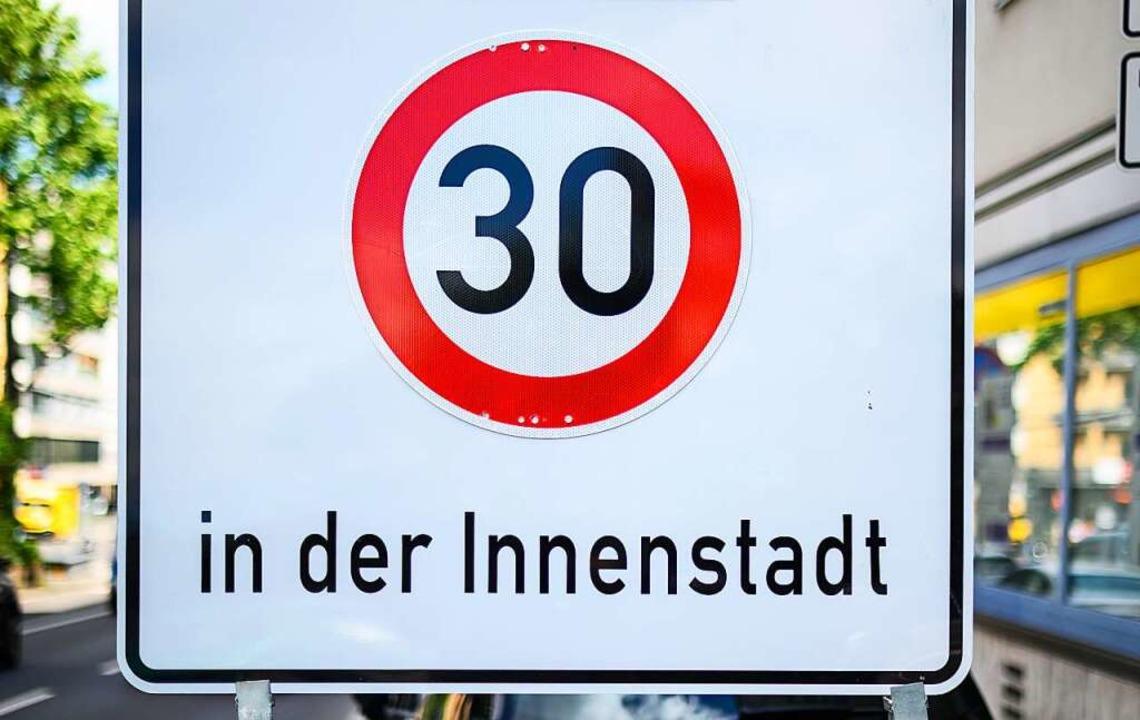 Freiburg plant die Ausweitung der 30er... noch den Verkehrsminister überzeugen.  | Foto: Andreas Arnold (dpa)