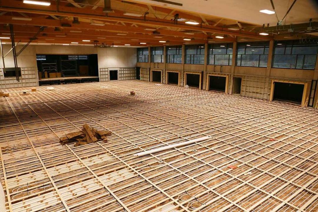 Blick von oben in die neue Halle: Der ..., aktuell wird der Sportboden verlegt.    Foto: Sarah Trinler