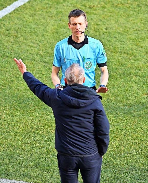 SC-Trainer Christian Streich hatte Red...it dem Schiedsrichter Benjamin Cortus.    Foto: Torsten Silz (dpa)