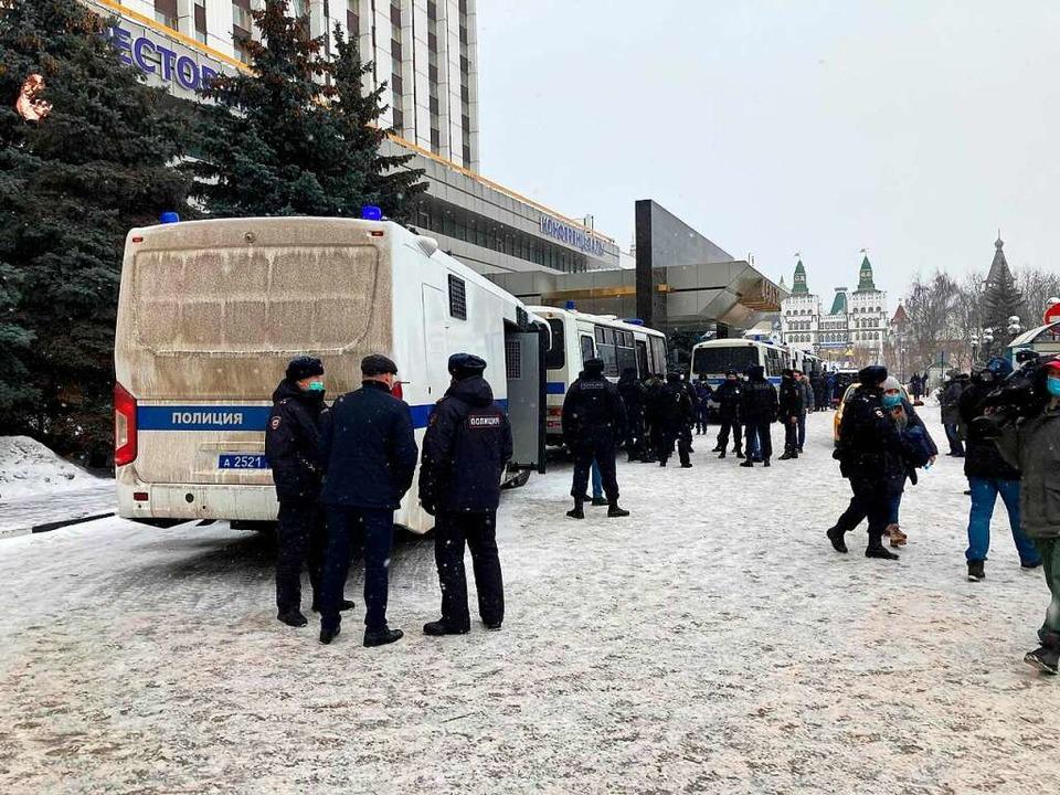 Russische Sicherheitskräfte haben bei ...öst und mehrere Menschen festgenommen.    Foto: Hannah Wagner (dpa)