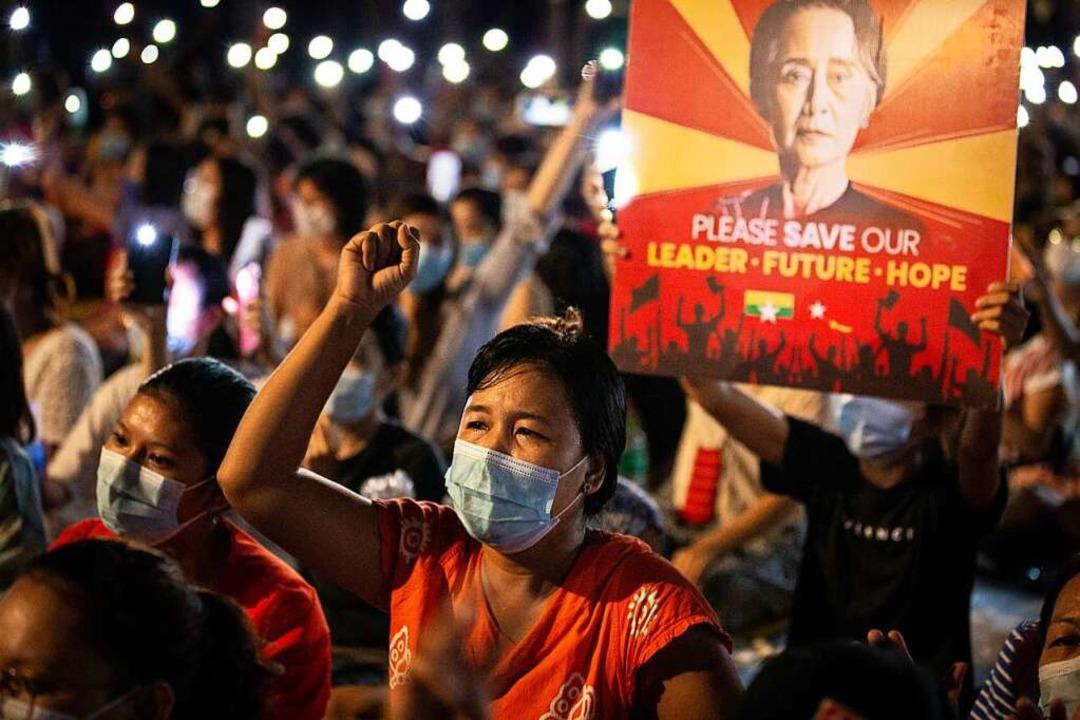 Demonstrantinnen skandieren bei einem ...gierungschefin Suu Kyi abgebildet ist.    Foto: Theint Mon Soe (dpa)