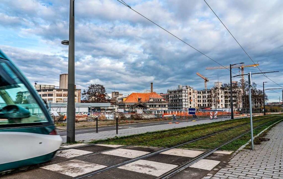 Das Wohnquartier um das ehemalige COOP...links) wächst der Vollendung entgegen.    Foto: Anne Telöw