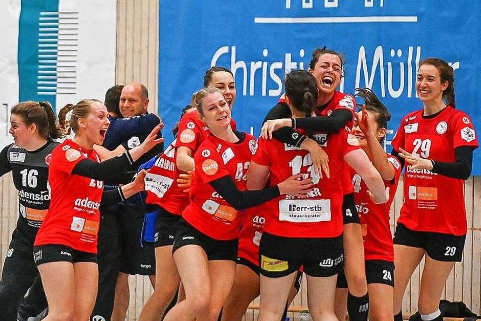 So ausgelassen feiern Christiane Baum (Dritte von rechts) und ihre Teamkolleginnen den ersten Heimsieg dieser Zweitliga-Spielzeit. (Foto: Achim Keller)