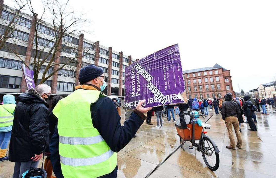 Ein Mitglied zeigt das Plakat bei der ... die 2020 dem Lockdown zum Opfer fiel.    Foto: Rita Eggstein