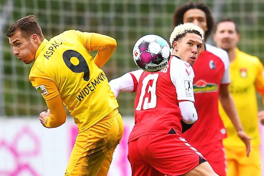 Rücken an Rücken in den Zweikampf: der...nks) und der Freiburger Nishan Burkart  | Foto: Achim Keller
