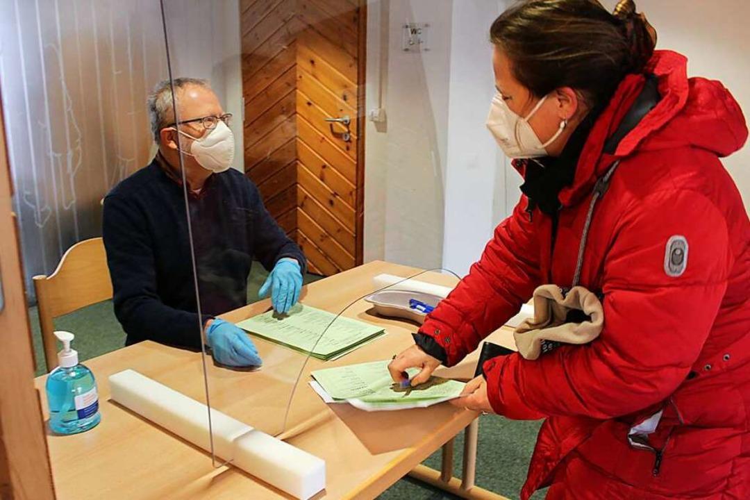 Mit Masken, Handschuhen Scheibe und De...r Foto zeigt ein Wahllokal in  Stegen.  | Foto: Erich Krieger