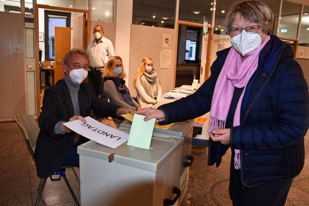Jeweils zwei Wahlurnen gibt es in Gund... ihre Stimme für die Landtagswahl ein.    Foto: Andrea Steinhart