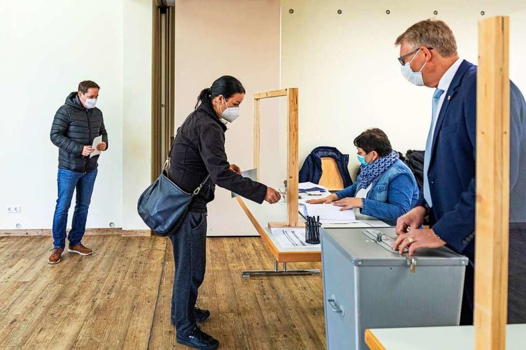 Urnenwahl im Gottenheimer Gemeindehaus...rechts) ist als Wahlhelfer im Einsatz.  | Foto: Hubert Gemmert