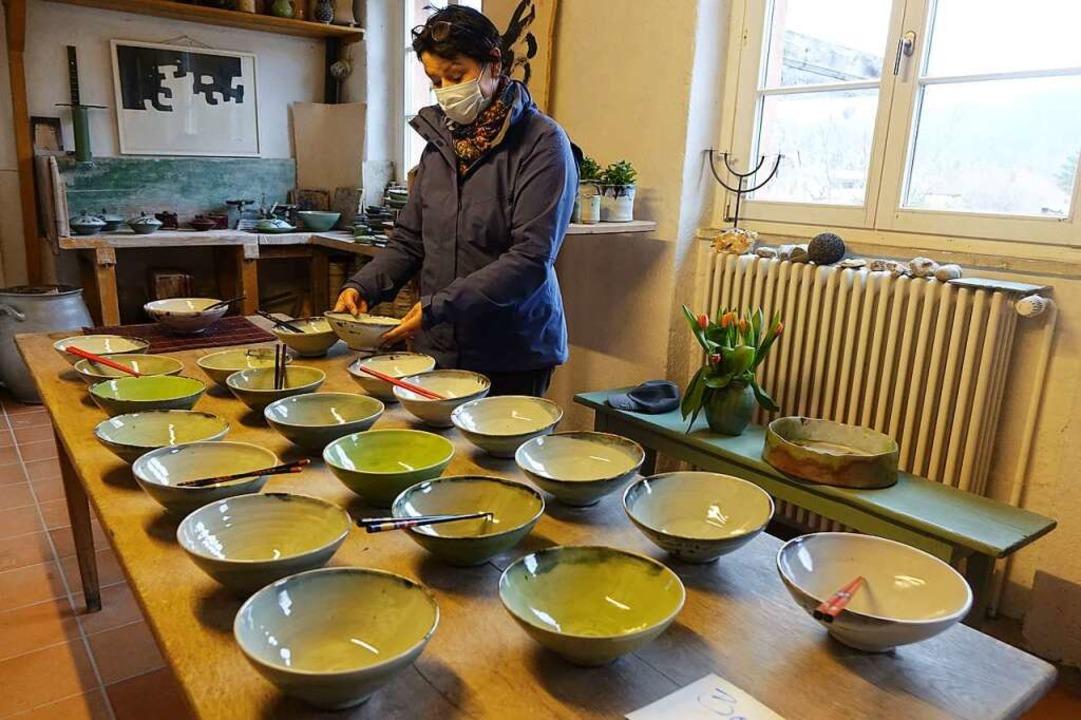 Ein Tisch voller Bowls war ein Anziehungspunkt bei Beatrix Sturm-Kerstan.  | Foto: Roswitha Frey