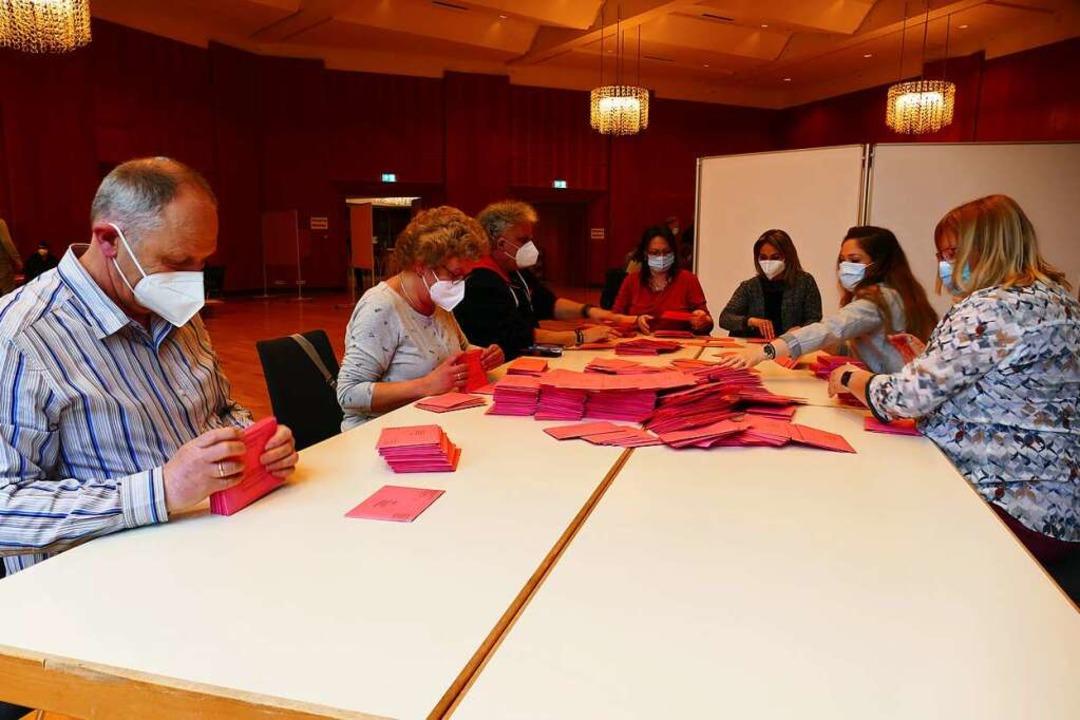 Im Kursaal in Bad Säckingen haben 32 f...elfer die Briefwahlstimmen ausgezählt.  | Foto: Stefan Mertlik