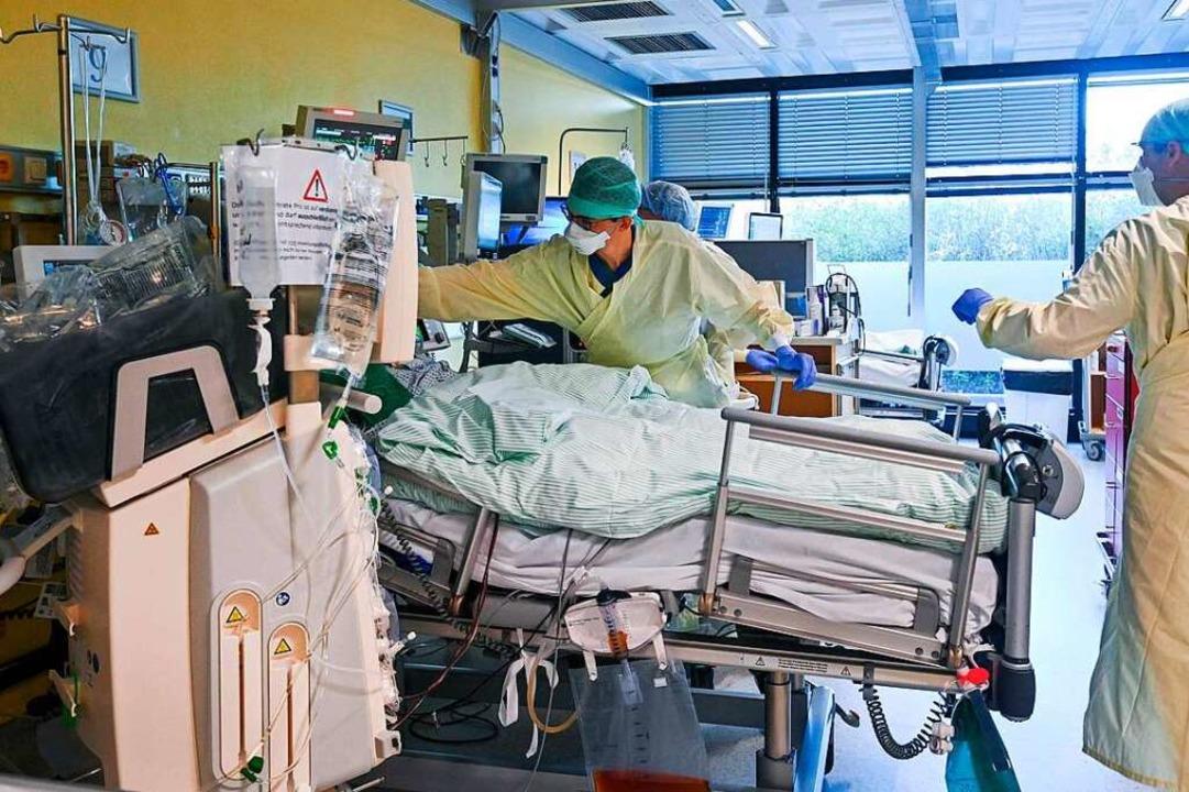 Ein Covid-19-Patient wird an der Unikl...en behandelt (Bild vom November 2020).    Foto: INA FASSBENDER (AFP)