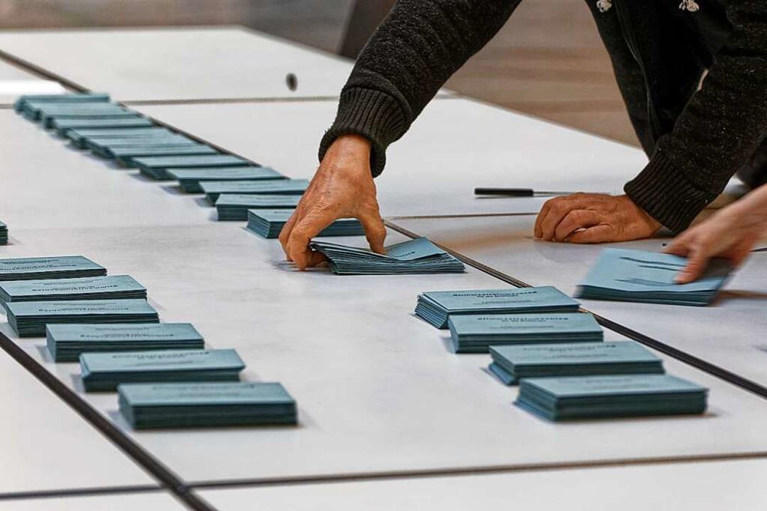 Wahlhelfer in Endingen zählen Stimmen aus  | Foto: Martin Wendel