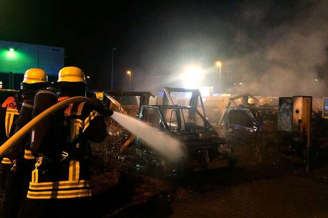Im Dezember 2019 brannten drei solcher Elktro-Postautos beim Briefzentrum aus.  | Foto: Feuerwehr Offenburg