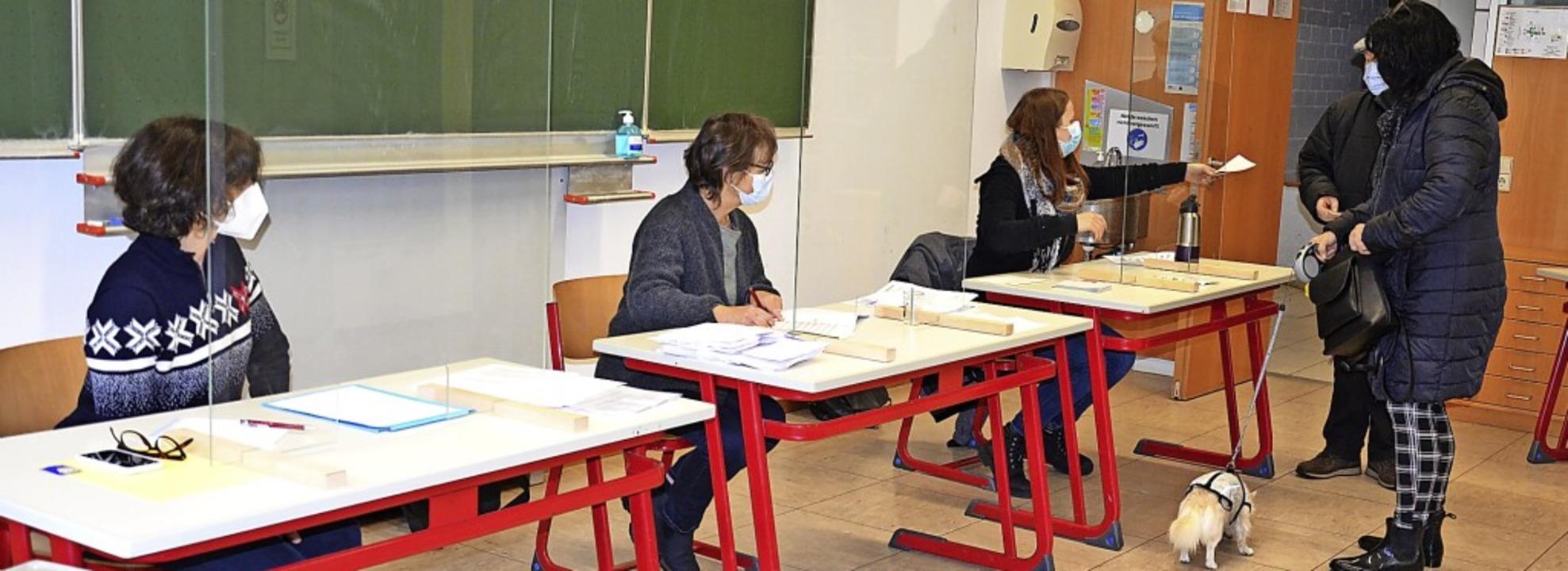 Wahlsonntag in Zell: In der ehemaligen...ten Zeller Bürger ihre Stimme abgeben.    Foto: Steinfelder
