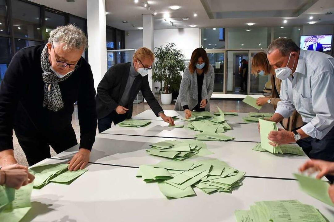 Wahlhelfer zählen die Stimmen zur Landtagswahl in Gundelfingen aus.    Foto: Andrea Steinhart