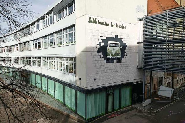 Auf dem Schulhof des Lörracher Hans-Thoma-Gymnasiums wird ein zweiter Stelzenbau errrichtet