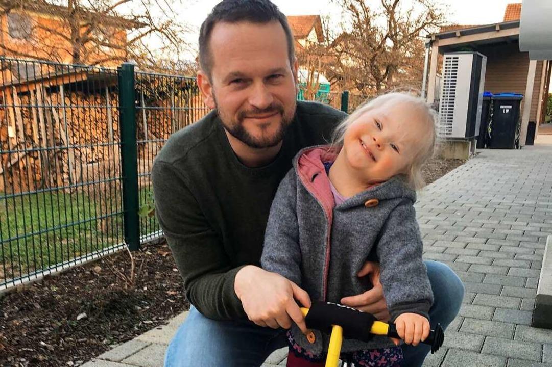 Jan Seifried und seine Tochter Alma ge...; zu den Gewinnern der Spendentombola.  | Foto: Hekatron