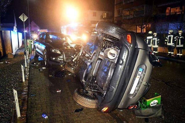 Auto überschlägt sich in Seelbach, Fahrer leicht verletzt