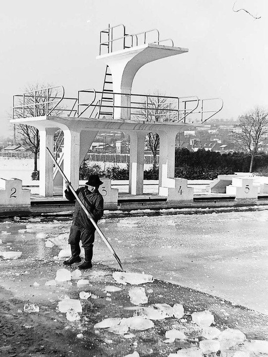 Eis- statt Bademeister: Im Freibad mussten die Becken eisfrei gehalten werden.    Foto: Armin E. Möller