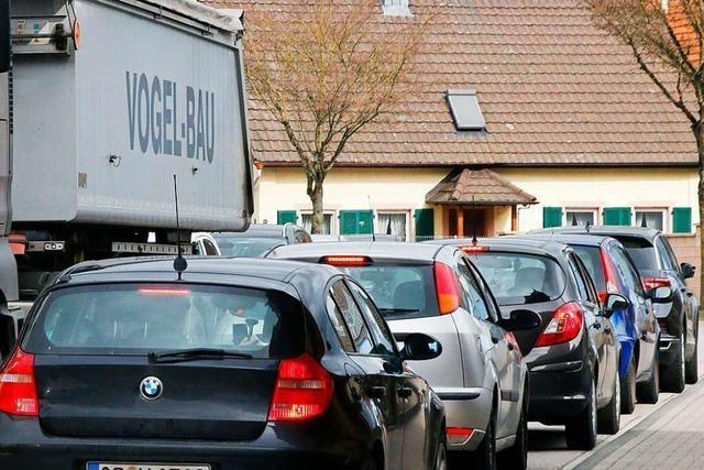 Aktion gegen Verkehrsbelastung: Anwohner parken ihre Autos auf der Straße