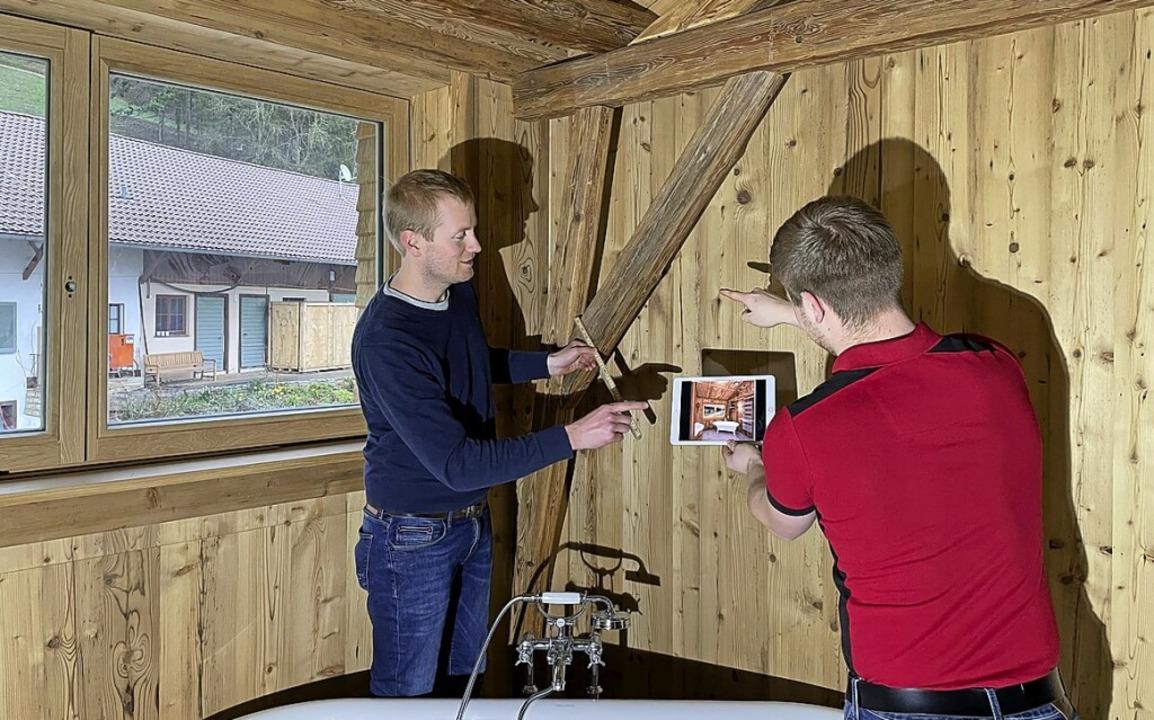Alexander Riesterer (links) bei der Ar...len Planung auf dem Tablet <ppp></ppp>  | Foto: Maler- und Stuckateurbetrieb Riesterer