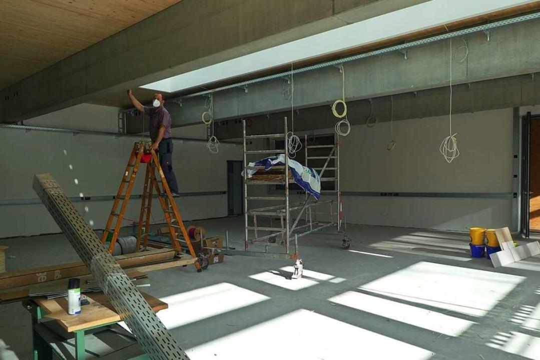 Berufsschulchef Martin Rieder auf der Baustelle der  Lernfabrik 4.0.    | Foto: Peter Stellmach