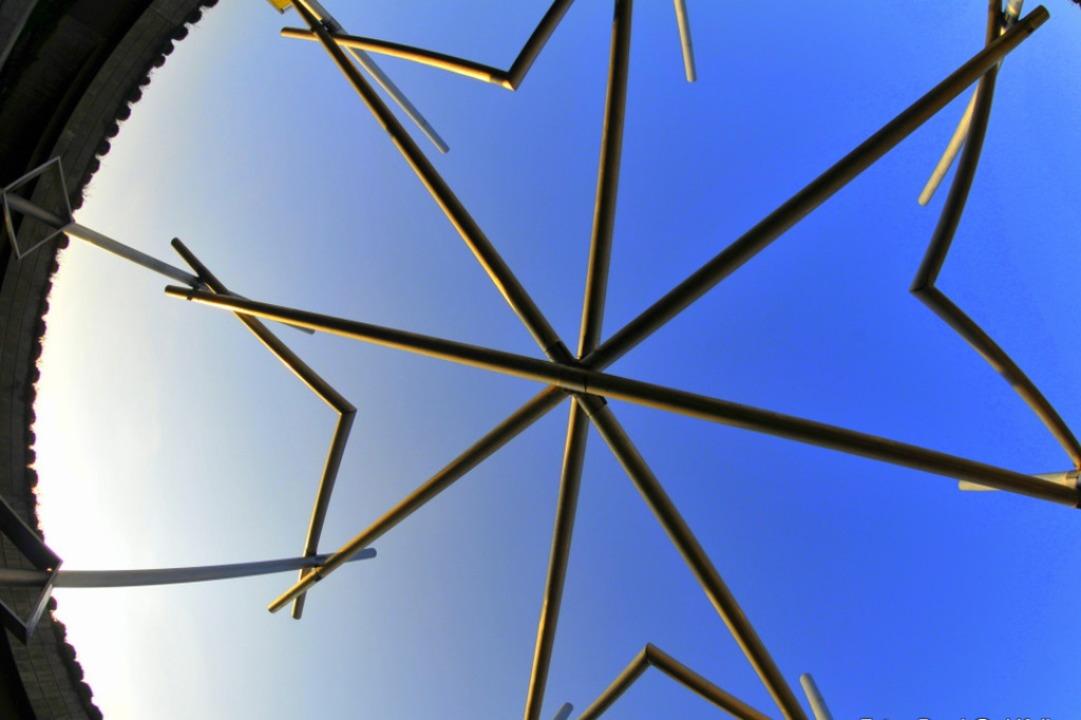 Der Malteserstern  ist in Heitersheim ...inem  Verkehrskreisel in den Himmel.    | Foto: Bernhard Keller