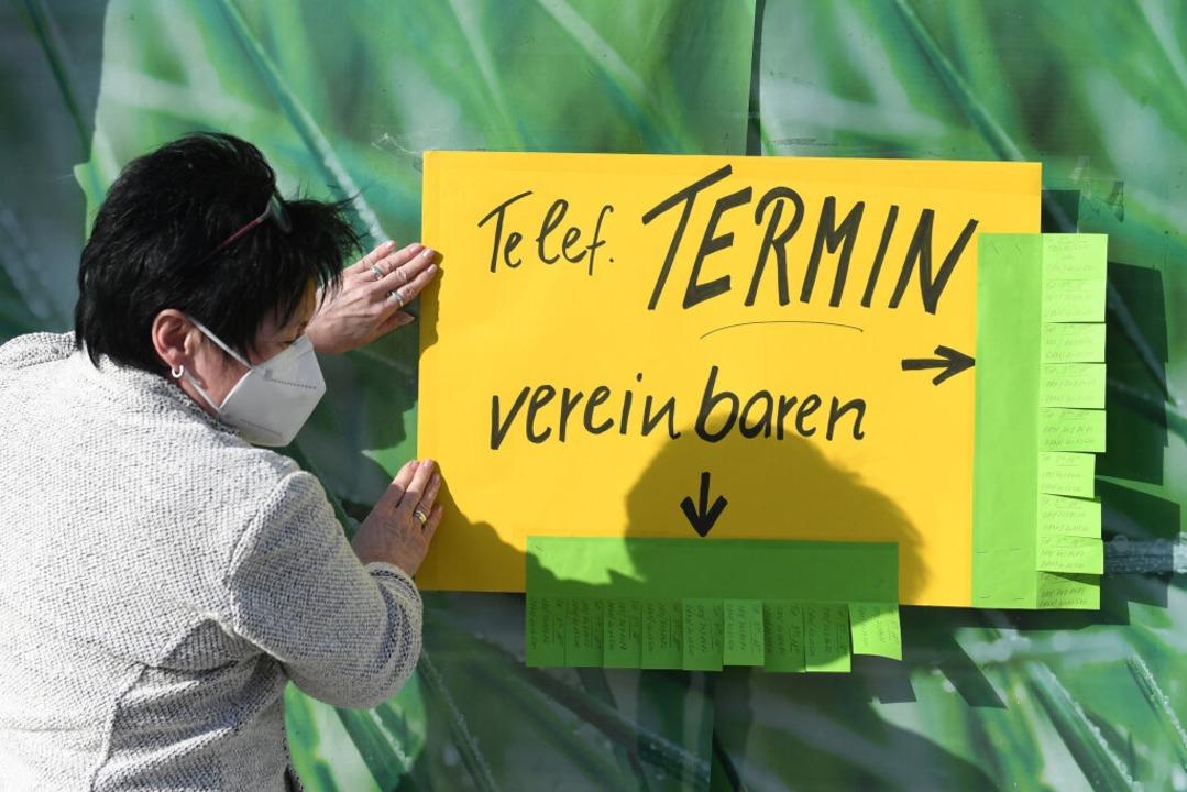 Von Samstag an dürfen Kunden in der Ortenau nur noch auf Anmeldung in die Läden.  | Foto: Angelika Warmuth (dpa)