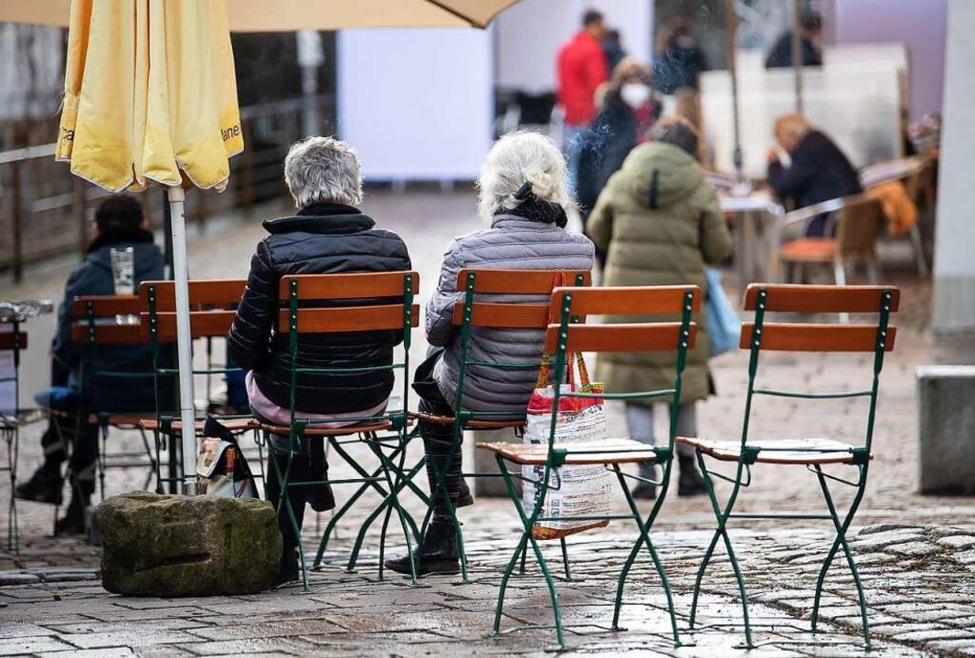 Gäste sitzen in der Außengastronomie e... Vorbild nehmen, wenn es sich bewährt.  | Foto: Sebastian Gollnow (dpa)