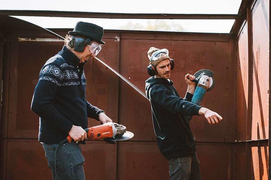 Olli Schulz und Fynn Kliemann bei der Renovierung ihres Hausbootes.    Foto: Brian Jakubowski/ Netflix