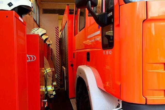 Ins Feuerwehrgerätehaus von Freiburg-Kappel kommt man nur mit Baucheinziehen