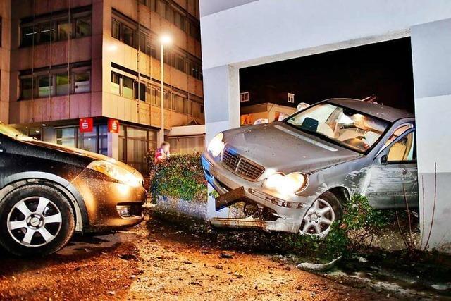 Verkehrsinsel wird zur Schanze: Auto verkeilt sich in Haus