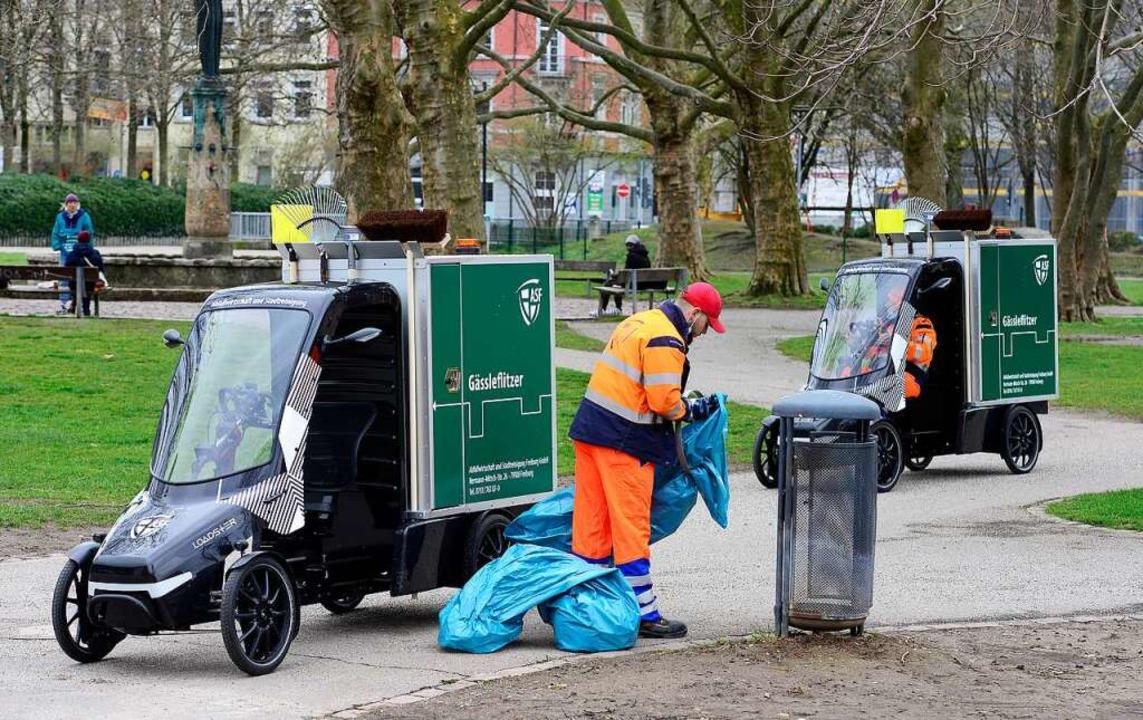 Mitarbeiter der Stadtreinigung mit ihren neuen Dienstfahrzeugen  | Foto: Ingo Schneider