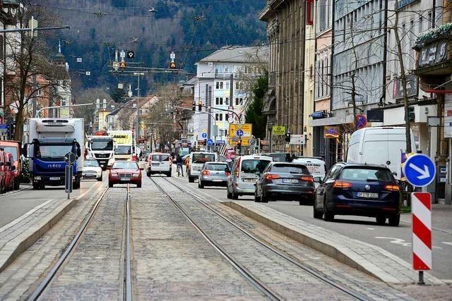 Seit die Rempartstraße eine Einbahnstraße ist, bilden sich am Rand der Innenstadt Staus
