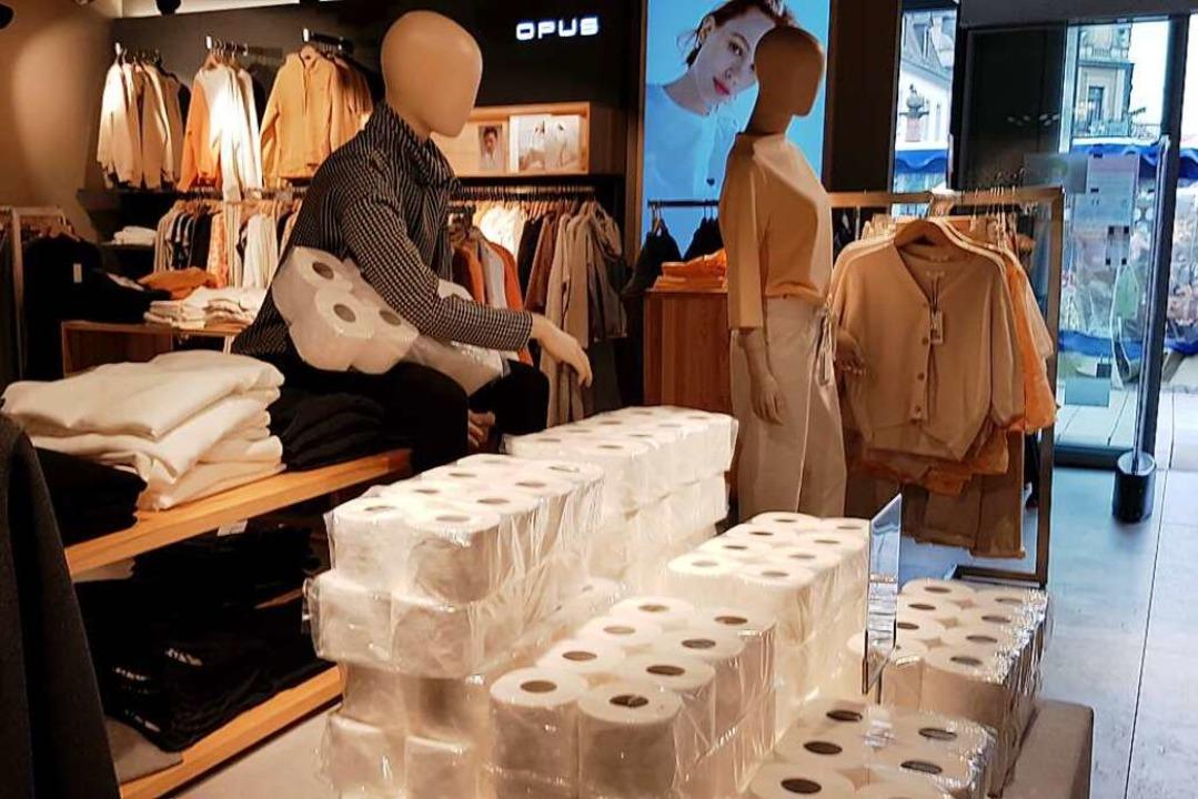 Neben Mode gibt es jetzt auch Klopapier im Modehaus Blum-Jundt  | Foto: Gerhard Walser