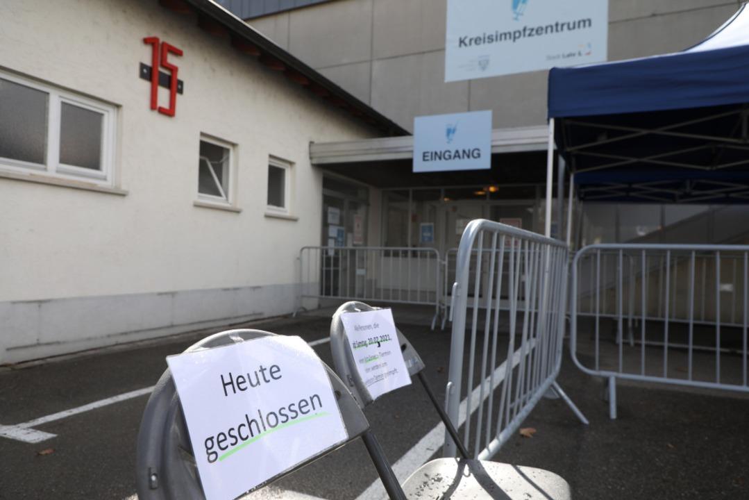 Am Freitag blieben die Türen des Kreis...n. Rund 30 Impfwillige warteten davor.    Foto: Christoph Breithaupt