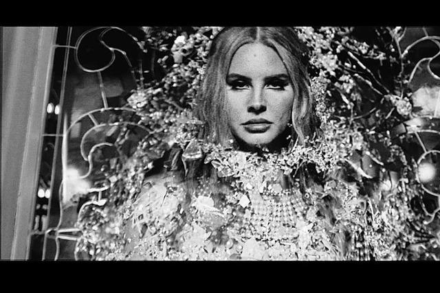 Lana Del Rey bittet ans Lagerfeuer