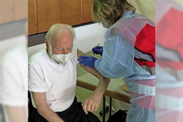 Ärzte impfen Senioren in Wallbach