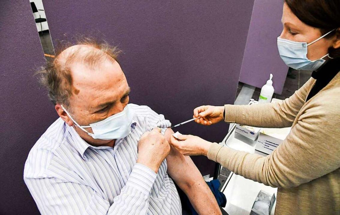 Ab heute wird auch im Landkreis Lörrac... von Astrazeneca geimpft (Symbolfoto).  | Foto: MARKKU ULANDER (AFP)