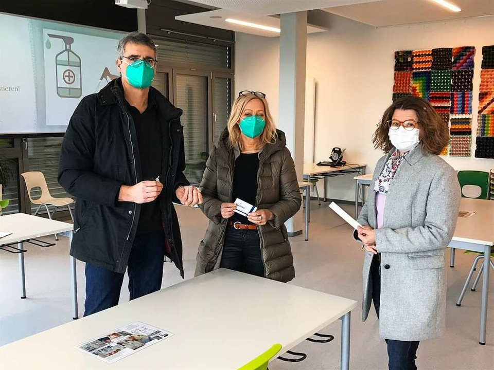 Die ersten Schüler-Selbsttests am Donn...rmeisterin Simone Penner (von links) .  | Foto: Jutta Schütz